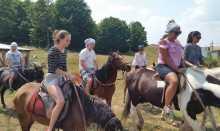 Porodica јаše konje na Durmitoru